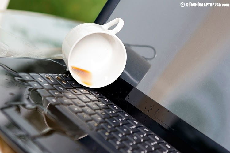 Nước đổ là nguyên nhân phổ biến nhất gây hỏng bàn phím