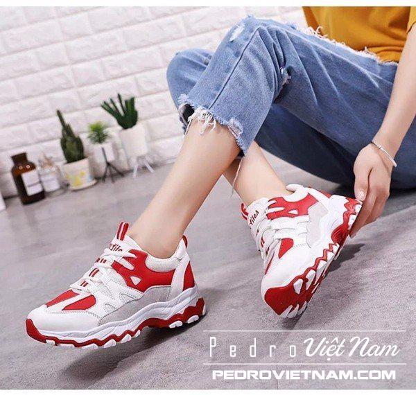 Mặc áo phông trơn với quần jean đỏ và giày thể thao