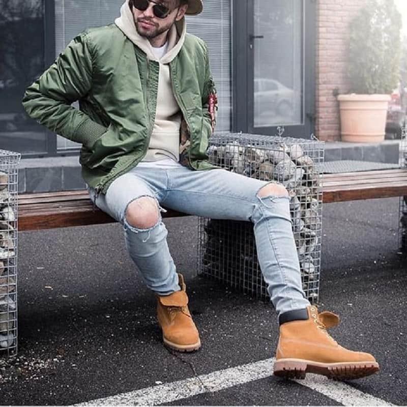 Sự kết hợp giữa quần jean xanh rách, áo khoác bomber và áo hoodie
