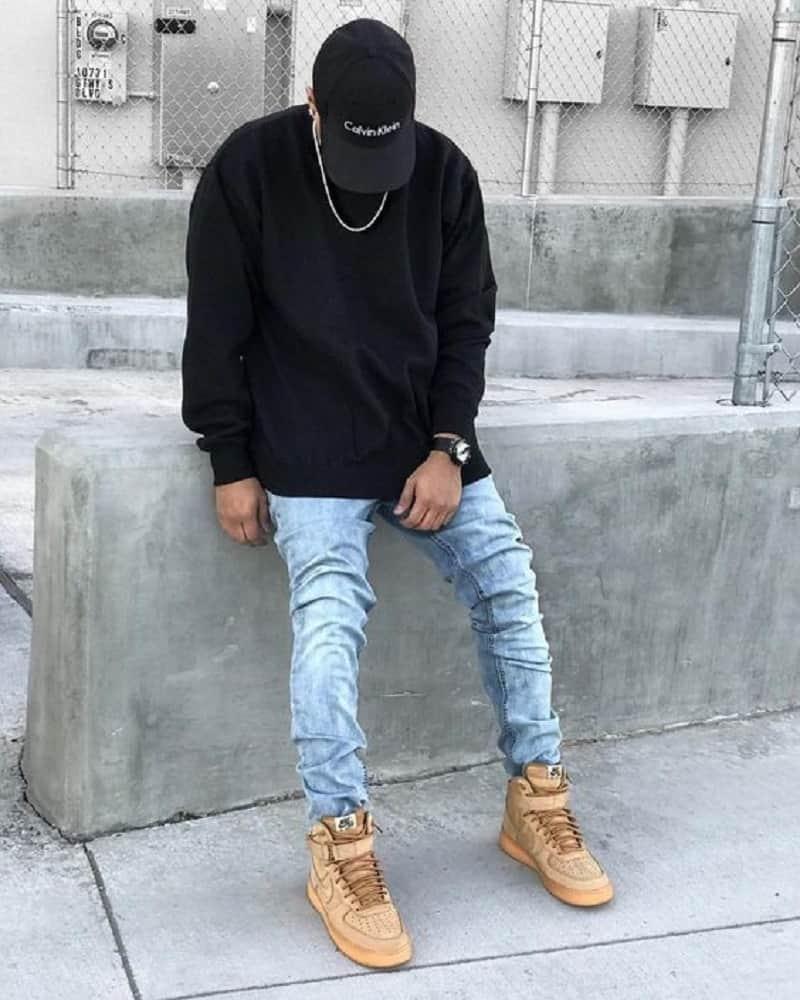 mix quần jean xanh với bốt và áo len
