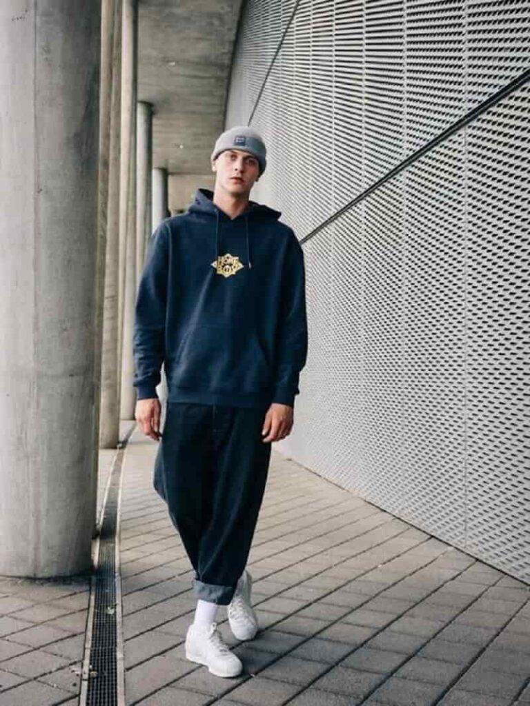phối với quần, áo hoodie và giày sneaker
