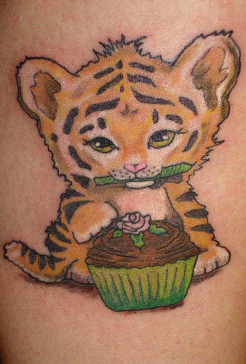 Hình xăm con hổ dễ thương ăn bánh