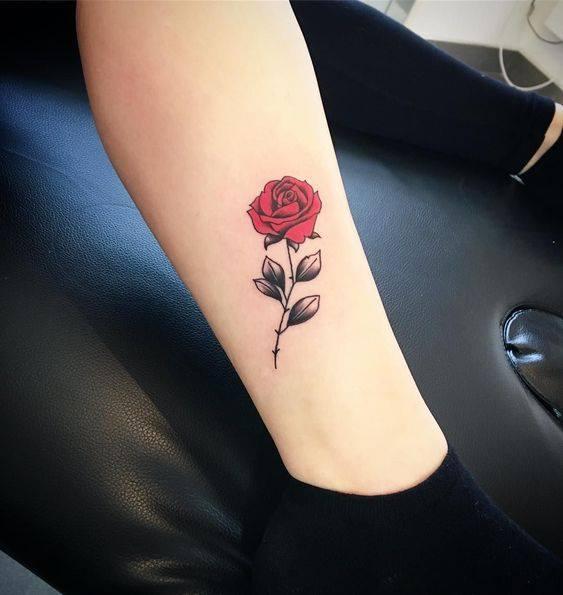 Hình xăm hoa hồng nhỏ trên chân
