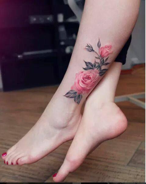 Hình xăm hoa trên bắp chân