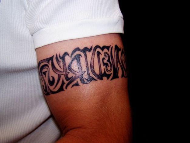 Hình xăm chữ ở bắp tay cho nam giới