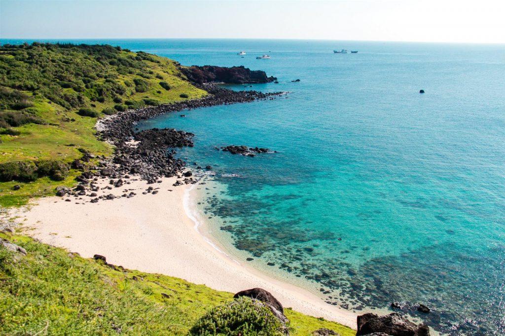 Bãi cát dài, nước biển trong xanh