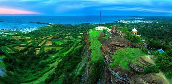 Toàn cảnh đảo Phú Quý nhìn từ trên cao.