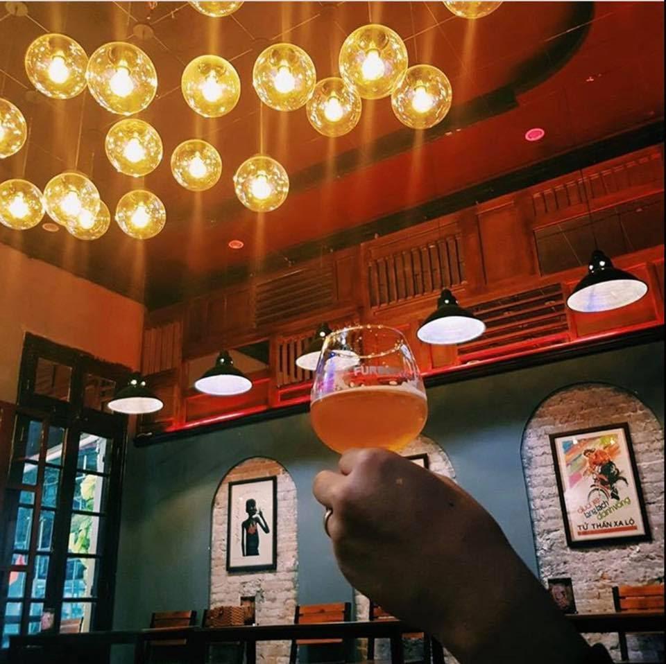 Không gian của A Dao Beer cũng khá yên tĩnh và ấm cúng, khác hẳn với không gian chợ đêm náo nhiệt ngoài kia.  Ảnh: adaohonho
