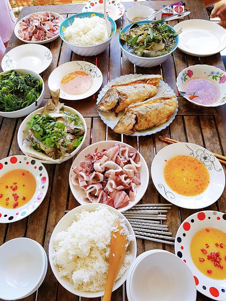 Bữa trưa đặc biệt tại làng chài.  Vì tôi biết con gái của chủ nhà