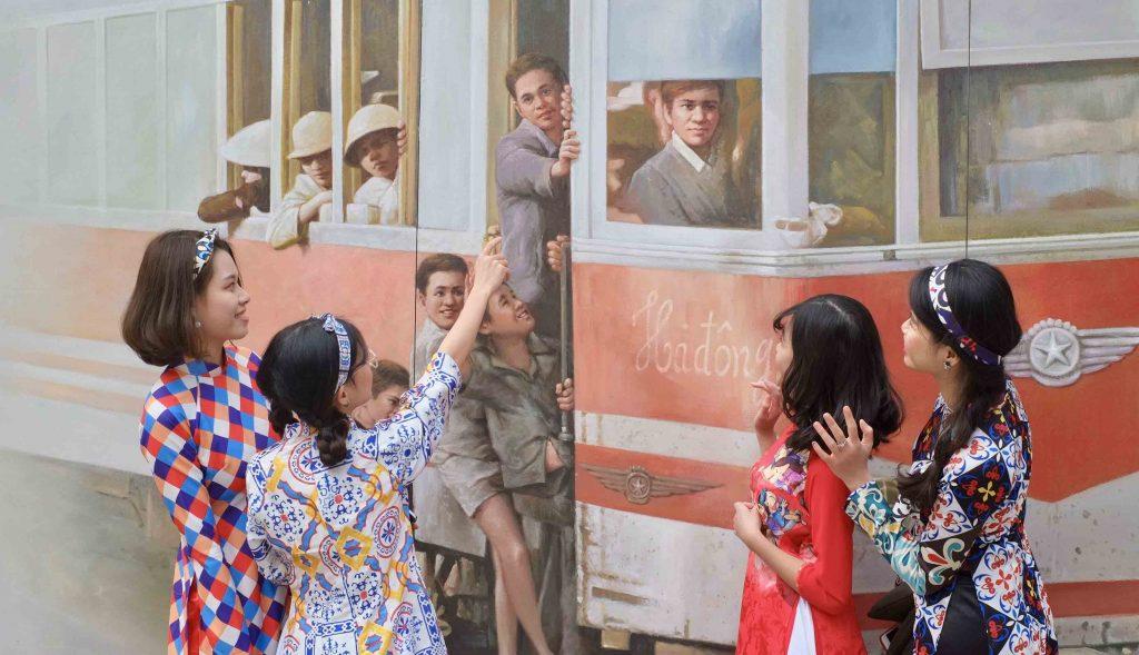 Chụp áo dài ở phố bích họa Phùng Hưng