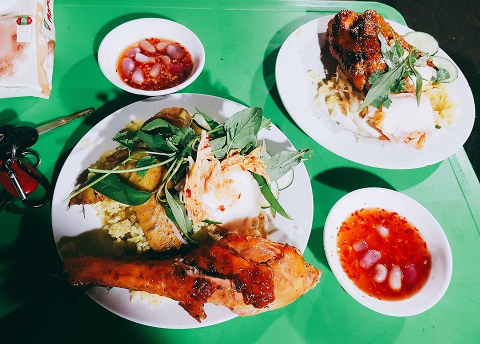 Cơm gà Bảo Châu bên hông chợ Tuy Hòa, đường Ngô Quyền.  Giá từ 25 đến 45k.