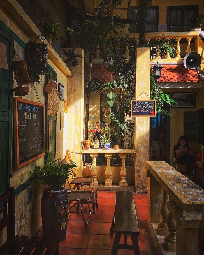 Không gian cổ kính ở một quán cà phê góc 160