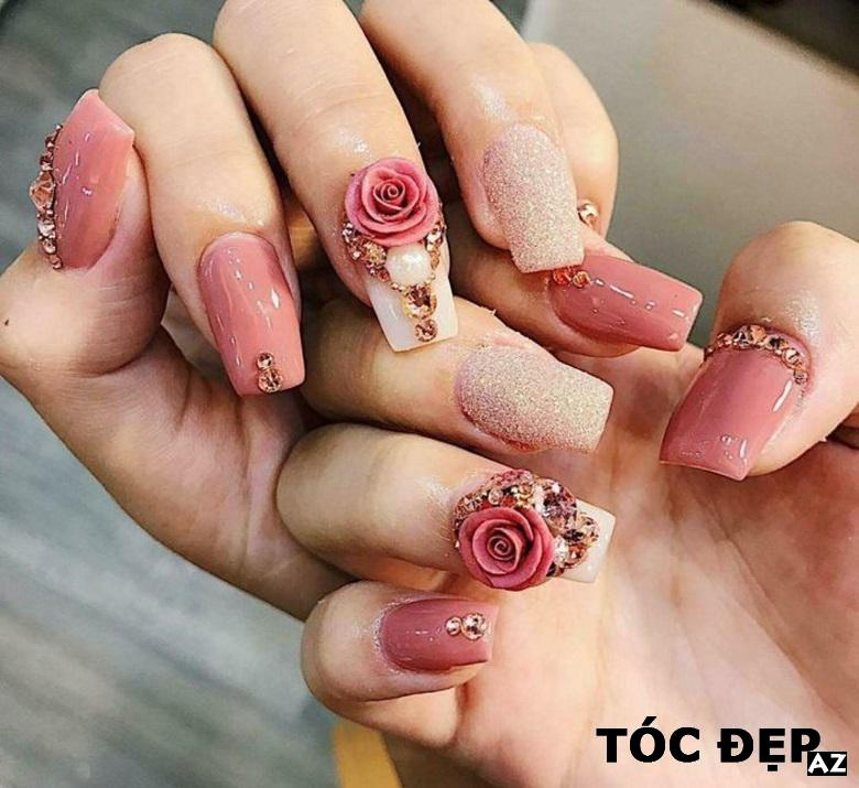 Móng tay trên hoa