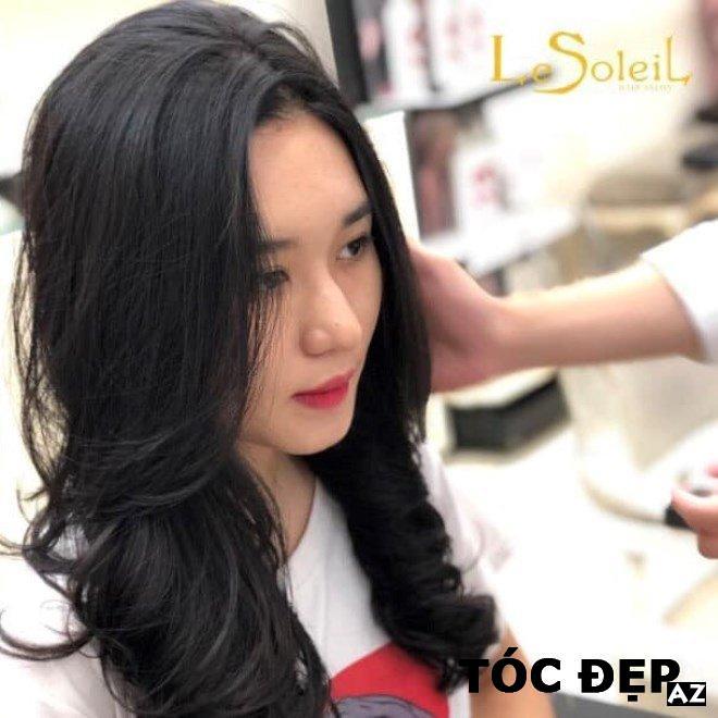 Cô gái làm tóc tại Le Soleil Hair