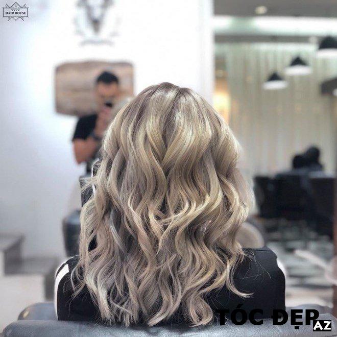 Cô gái có mái tóc xoăn ở Terre