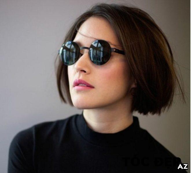 Cô gái tóc đen đeo kính râm