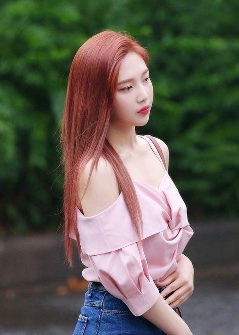 Nhuộm tóc màu nâu đỏ nhạt.