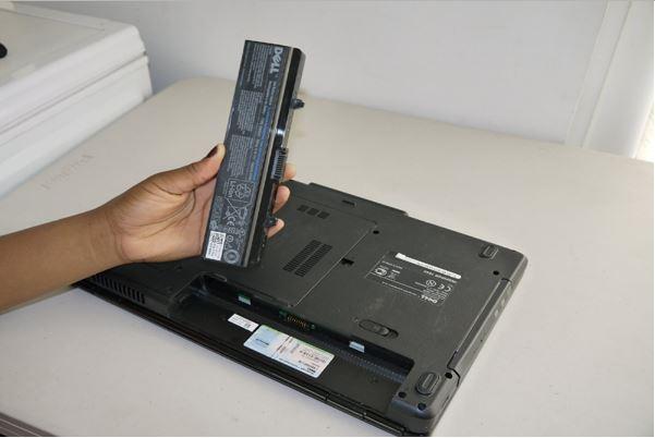 thay pin laptop moi